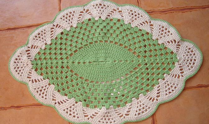O tapete de crochê é versátil e envolve duas cores (Foto: Ilustração)