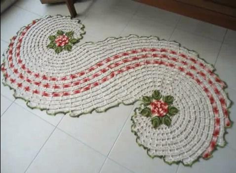 """Tapete de crochê em formato de """"s"""" (Foto: Divulgação)"""