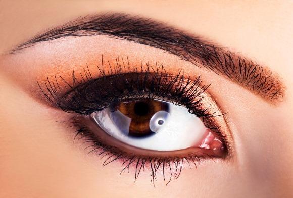 Use a henna para corrigir falhas ou alterar o desenho da sobrancelha. (Foto Ilustrativa)