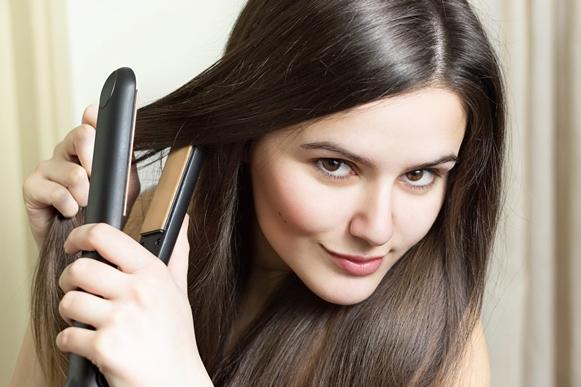 Antes de passar chapinha no cabelo, aplique um protetor térmico. (Foto Ilustrativa)