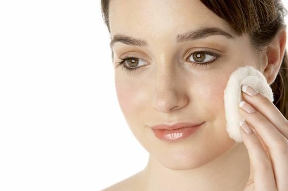 Veja como tirar a maquiagem sem precisar de demaquilante. (Foto Ilustrativa)
