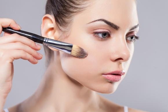 Utilize iluminador e corretivo mais escuro do que o tom da pele. (Foto Ilustrativa)
