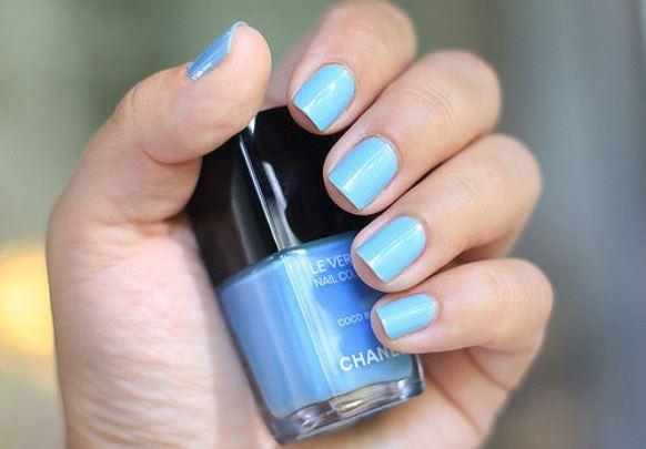 O esmalte azul claro se encarrega de deixar as unhas mais delicadas. (Foto: Reprodução/ Lovethispic)