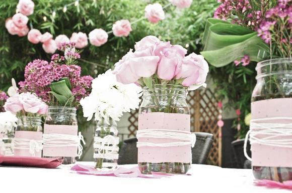 O pote de vidro pode ser transformado em vaso de flores. (Foto: Reprodução/ 99weddingideas)