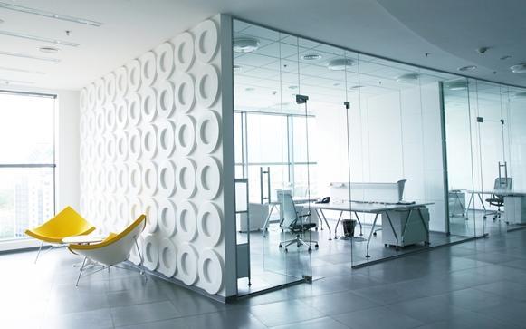 O vidro deixa o escritório com um ar mais moderno. (Foto: Reprodução/Waplag)