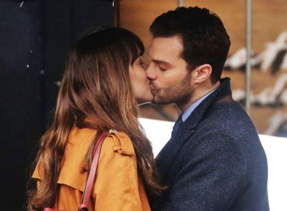 O beijo do casal protagonista foi gravado embaixo de chuva. (Foto: Divulgação)