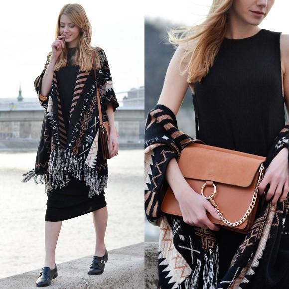 O poncho é uma espécie de capa de lã e estampada. (Foto: Reprodução/Lookbook.nu)