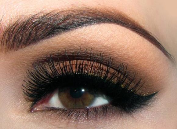 Olho maquiado com sombra marrom. (Foto: Reprodução/Makeupgeek)