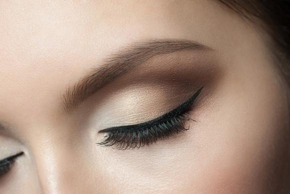 Capriche na escolha da sombra e complete a maquiagem dos olhos com rímel. (Foto Ilustrativa)