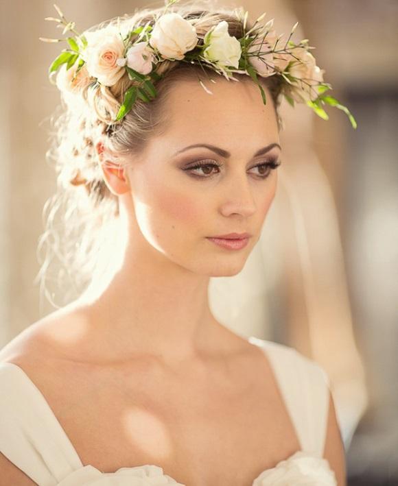 Maquiagem leve e penteado com coroa de flores. (Foto: Reprodução/Elegantweddinginvites)