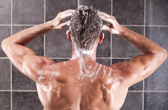 Há shampoos e condicionadores apropriados para cabelo masculino. (Foto Ilustrativa)