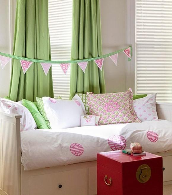 Sala decorada com verde e rosa. (Foto: Reprodução/BHG)