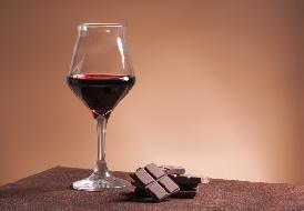 Sirtfood: emagreça comendo chocolate e bebendo vinho