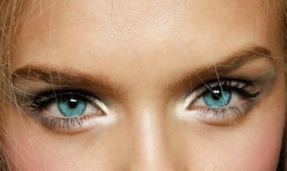 Iluminar os cantos internos dos olhos está na moda. (Foto: Reprodução/Evolutionsofar)