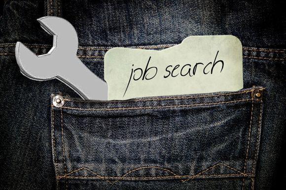 Procurando vagas de emprego no Facebook (Foto Ilustrativa)