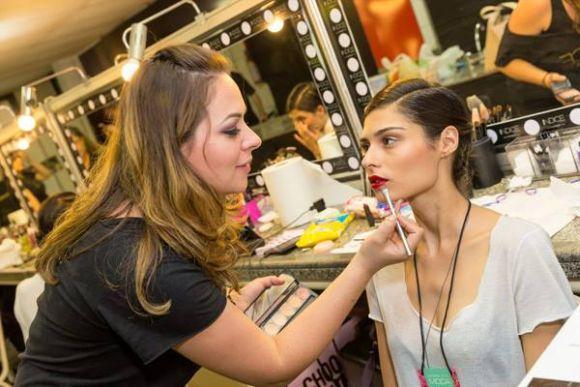 Modelos se preparando para desfilar na edição 2015 do evento (Foto: Divulgação Vitória Moda)