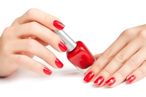 Colocar as unhas pintadas na água fria ajuda a secar mais rápido. (Foto Ilustrativa)