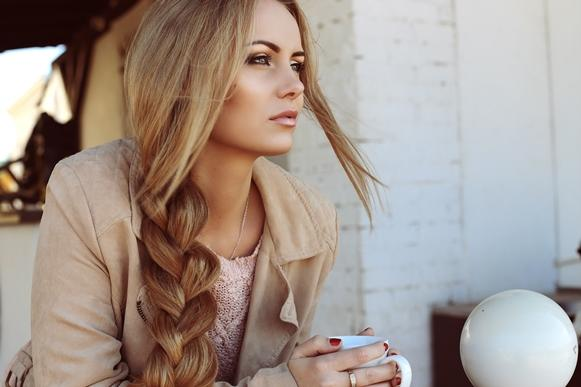 Faça trança no cabelo para conquistar ondas perfeitas. (Foto Ilustrativa)