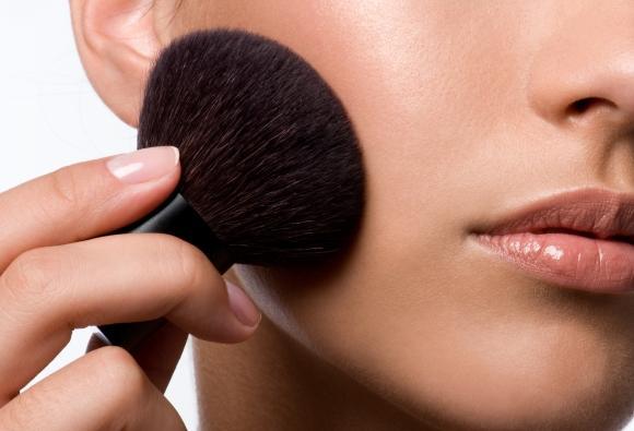 Ao aplicar blush, empregue movimentos circulares. (Foto Ilustrativa)