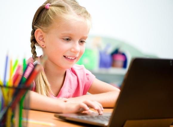 Assistir vídeos no Youtube é o passatempo de muitas crianças. (Foto Ilustrativa)