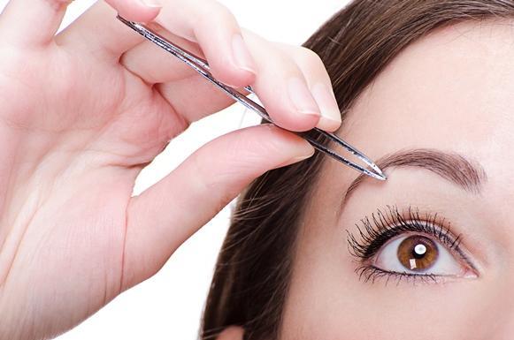 Controle a tentação de arrancar os pelos com a pinça. (Foto Ilustrativa)