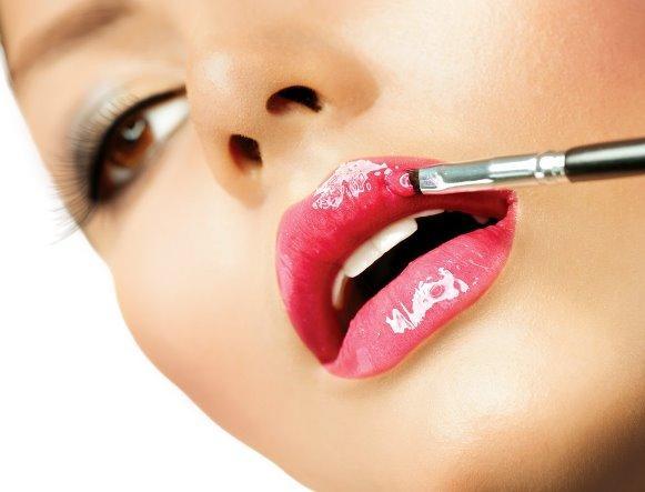 Usar gloss é uma boa dica para aumentar lábios finos. (Foto Ilustrativa)