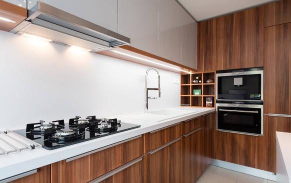 A cozinha planejada deixa o espaço moderno e organizado. (Foto: Divulgação)
