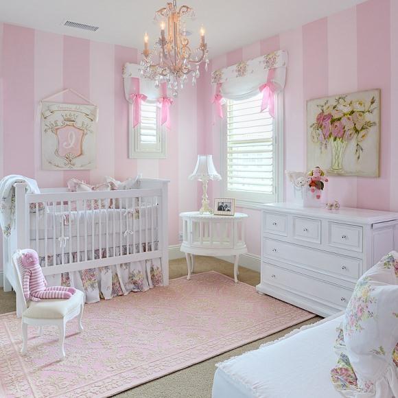 Quarto de bebê decorado com lustre. (Foto: Reprodução/ kellybastow)