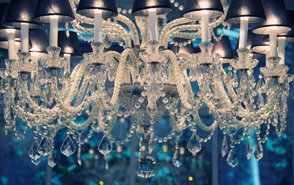 Os lustres deixam a decoração mais elegante. (Foto Ilustrativa)