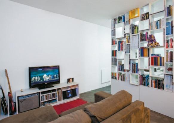 Estante vazada na decoração do apartamento. (Foto: Reprodução/Casa Abril)