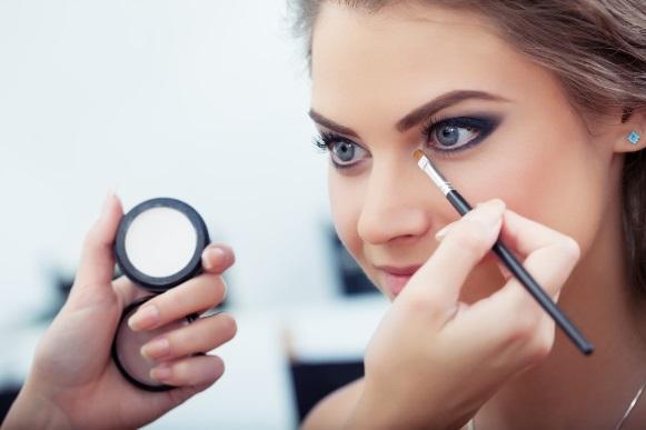 O iluminador faz toda a diferença na maquiagem. (Foto Ilustrativa)