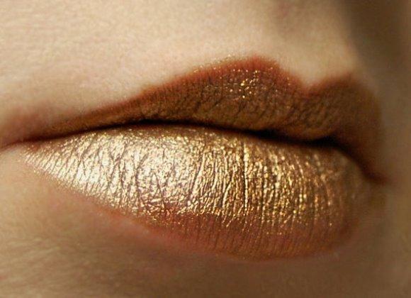 Batom dourado. (Foto: Divulgação)