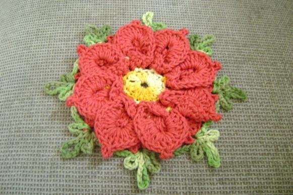 Flor de crochê bico de papagaio. (Foto: Reprodução/Cantinhodeartedacarla)
