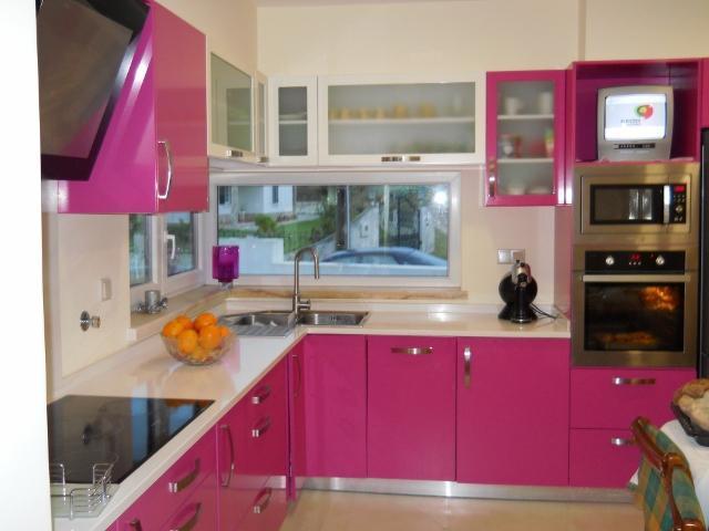 Cozinha planejada com cores mais intensas e com tamanho perfeito para o seu apartamento (Foto: Divulgação)