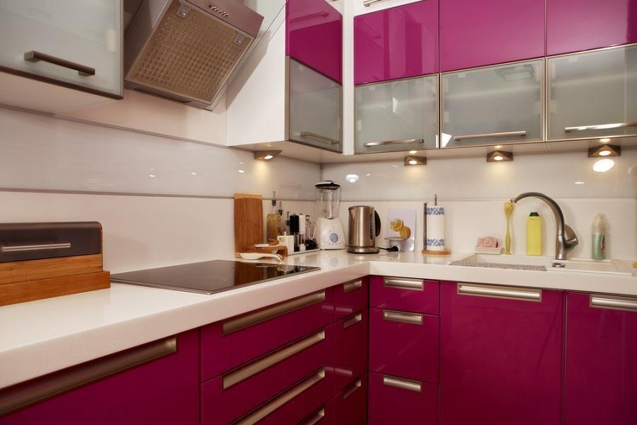 Cozinha pink diferenciada para quem quer planejar algo menor (Foto: Divulgação)