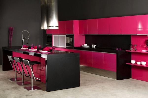 Cozinhas com tons mais escuros, misturados com cores mais vivas (Foto: Divulgação)