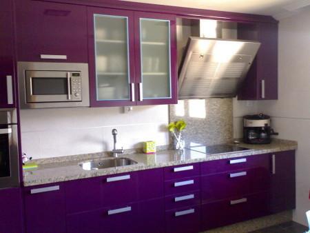 A cozinha planejada com alguns espaços com cores mais vivas podem ser a solução (Foto: Divulgação)