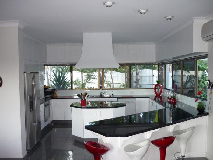 Mesmo em cozinhas planejadas maiores o planejamento ajuda a aproveitar mais o espaço (Foto: Divulgação)