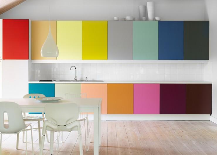 Cozinha pequena e planejada para quem gosta de muito colorido (Foto: Divulgação)