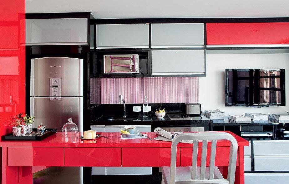 Cozinha planejada com móveis com cores mais fortes podem dar a vida que a sua pequena cozinha precisa (Foto: Divulgação)