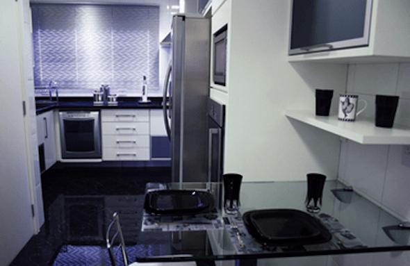 Cozinha pequena pode ser a solução para o espaço limitado de um apartamento (Foto: Divulgação)