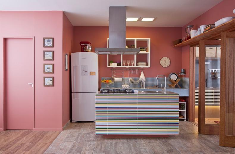 Cozinhas planejadas com cores rosadas e mais claras são lindas e conseguem um excelente efeito (Foto: Divulgação)