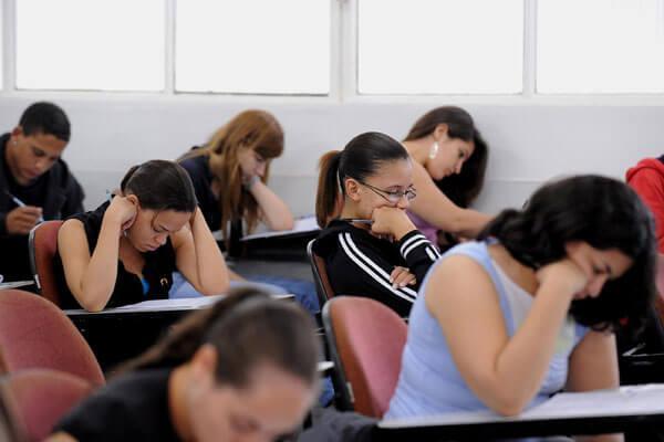 Alunos que concluíram ensino médio em escola pública tem direito à gratuidade na matrícula (Foto: Reprodução)