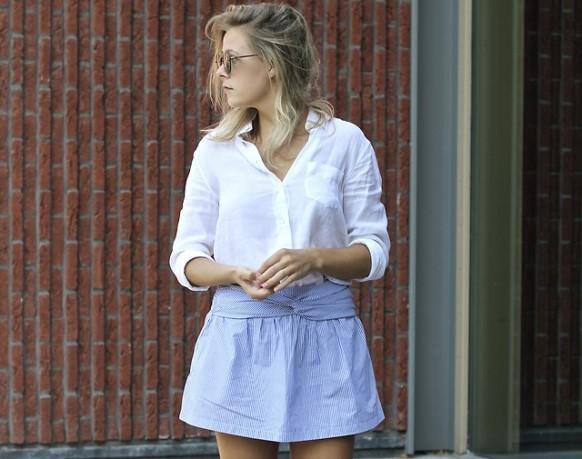 Camisa branca + saia curta. (Foto: Reprodução/Lookbook.nu)