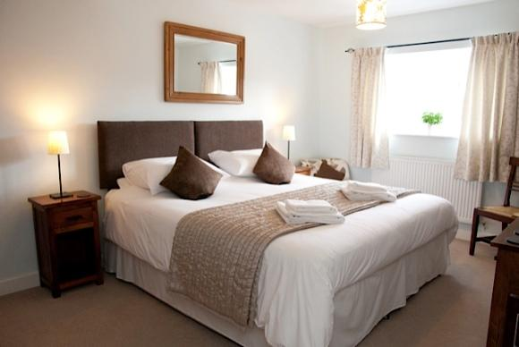 Veja como escolher a cama ideal para o quarto de casal. (Foto: Reprodução/Schoolcottages)