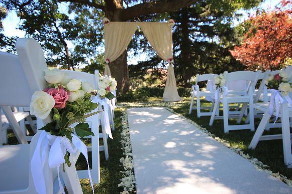 Tapete branco decora a cerimônia de casamento. (Foto: Reprodução/ Xporthomenetworks)