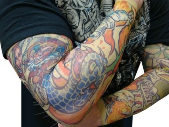Roupa masculina que simula tatuagens. (Foto: Reprodução/ Jovem Nerd)