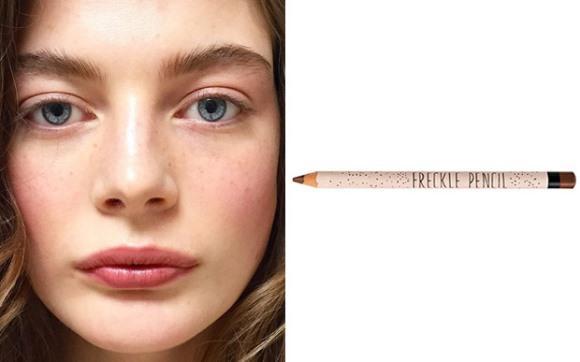 Use um lápis de sobrancelha para fazer as pintinhas. (Foto: Reprodução/Capricho)