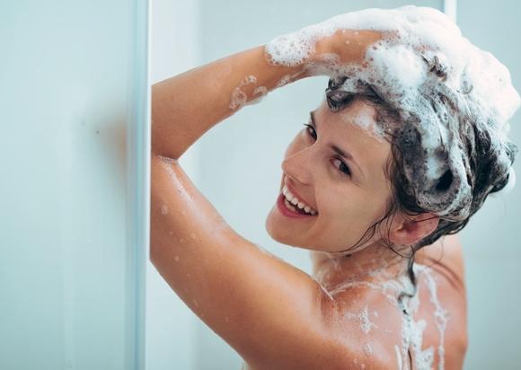 O primeiro passo é lavar o cabelo com shampoo anti-resíduos. (Foto Ilustrativa)