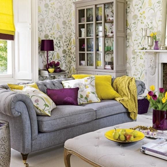 Sofá decorado com almofadas coloridas. (Foto: Reprodução/Digsdigs)